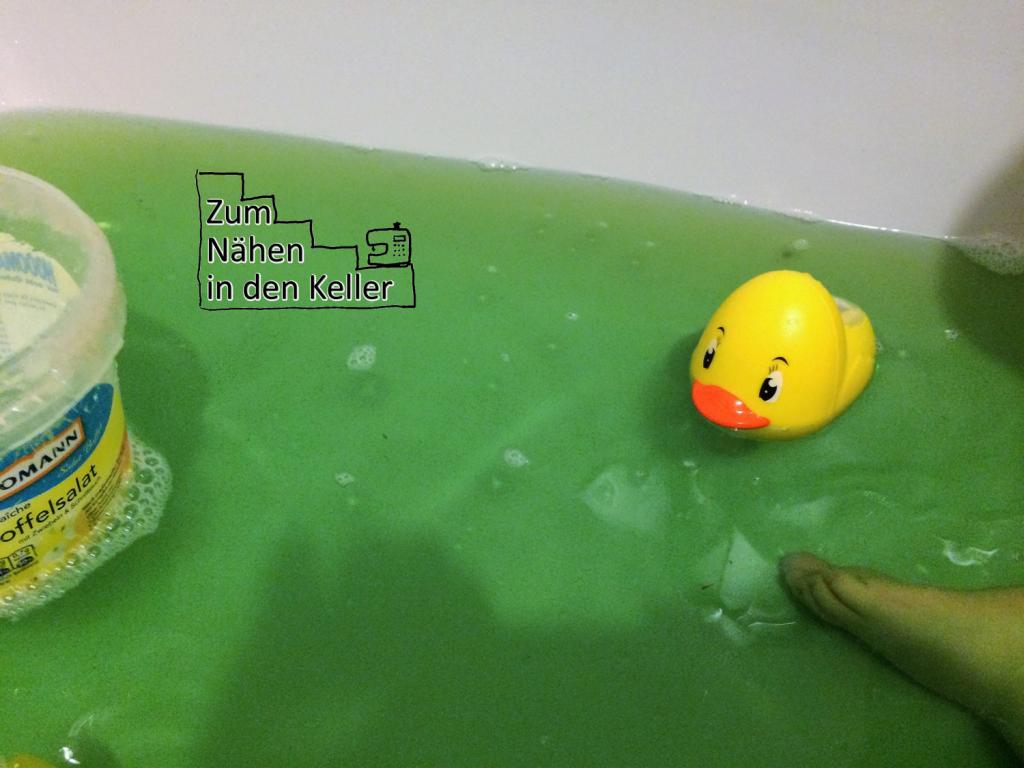 19:58 Uhr: Vor dem Schlafen geht es für den kleinen Spatz noch in die Badewanne
