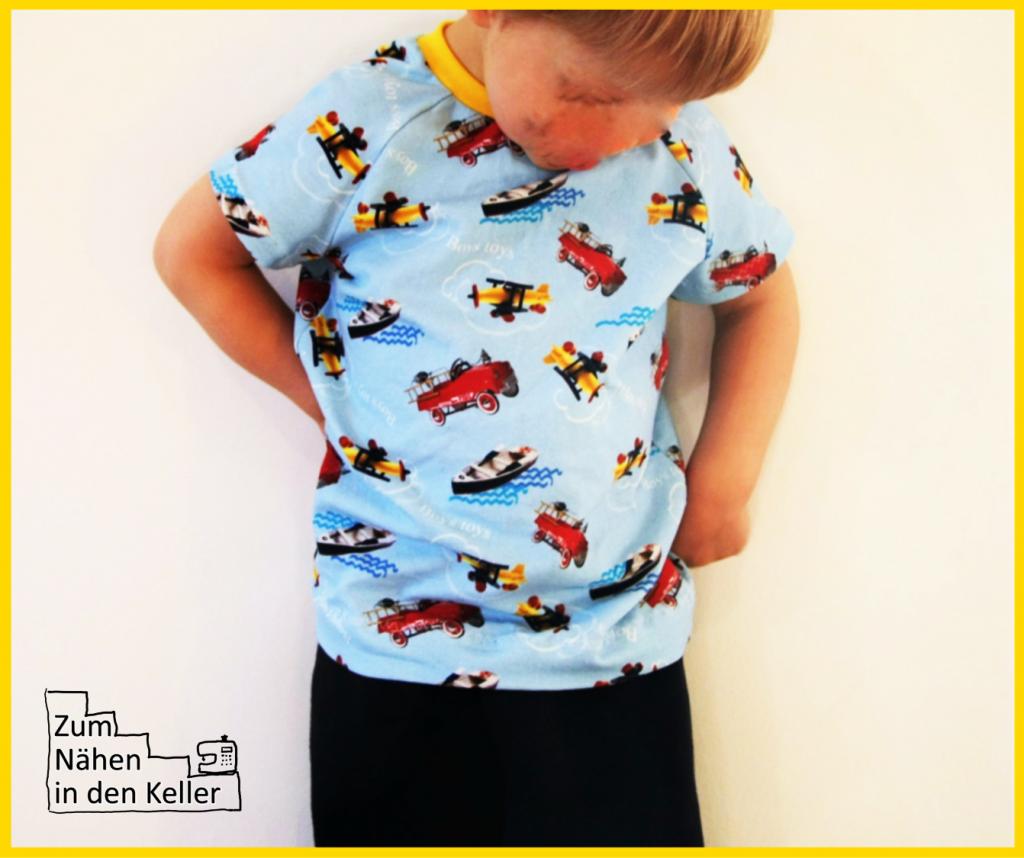 Lieblingsspielzeug gibt es jetzt auch auf dem T-Shirt! Digitaldruck Jersey Raglanshirt nach dem Schnitt von Klimperklein mit Auto, Schiff und Flugzeug. Ein absoluter Jungentraum genäht von Zum Nähen in den Keller. Shirt with cars, planes, boats.