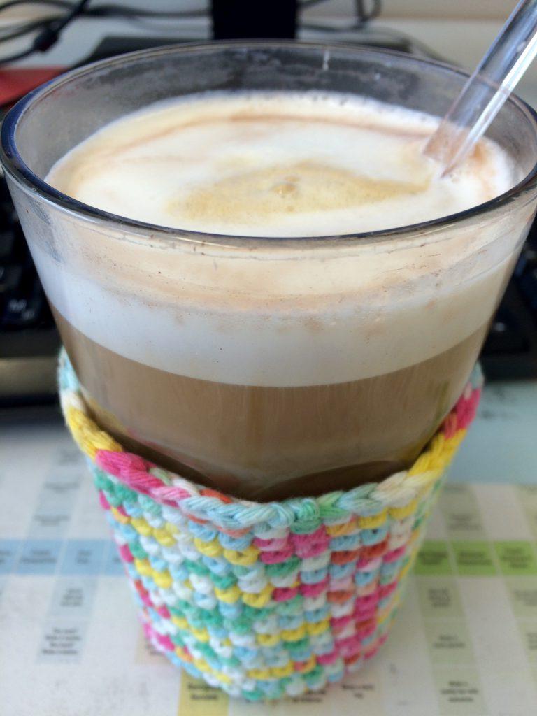 9:07 Uhr: Erst einmal einen Latte Macchiato. Vielleicht wacht mein Gehirn dann ja endlich auf. Das Glas mit dem gehäkelten Überzug hat mir eine ganz liebe Kollegin vor ein paar Jahren geschenkt.