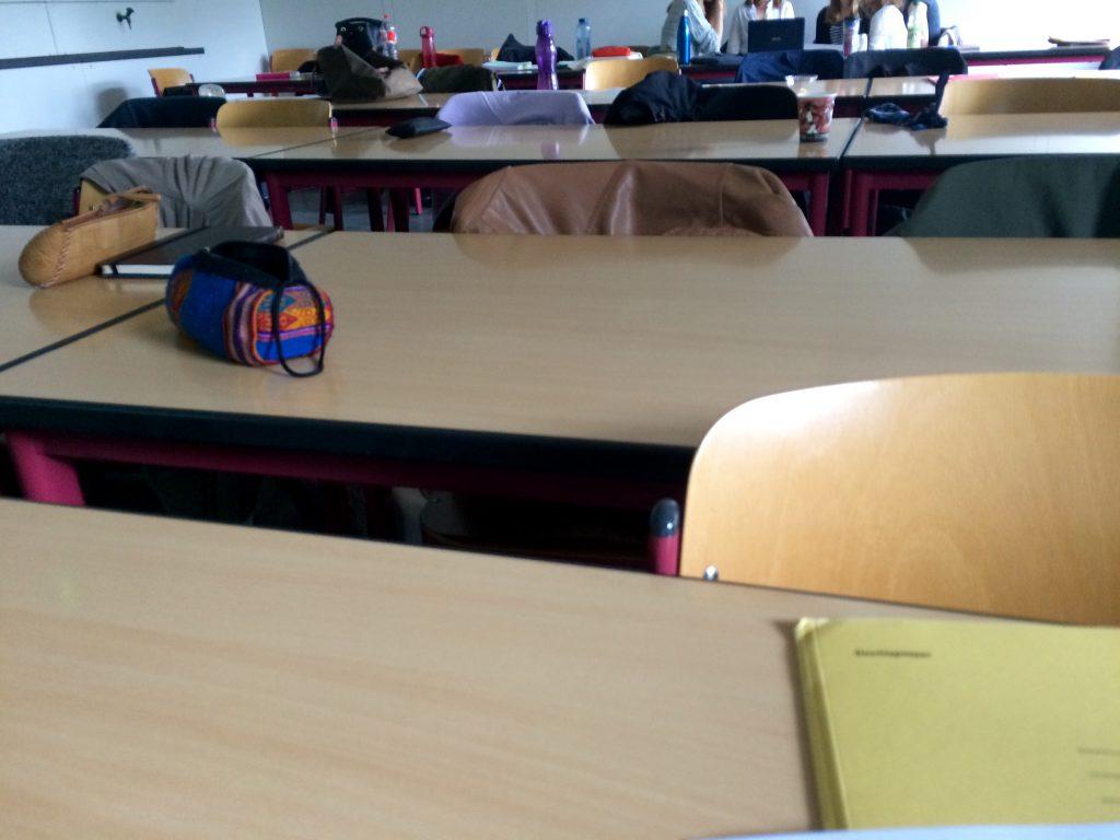 10:46 Uhr: Gruppenarbeitsphase im Seminar. Bis auf eine Gruppe haben alle Studierenden beschlossen, lieber in der Cafeteria zu arbeiten. 😋