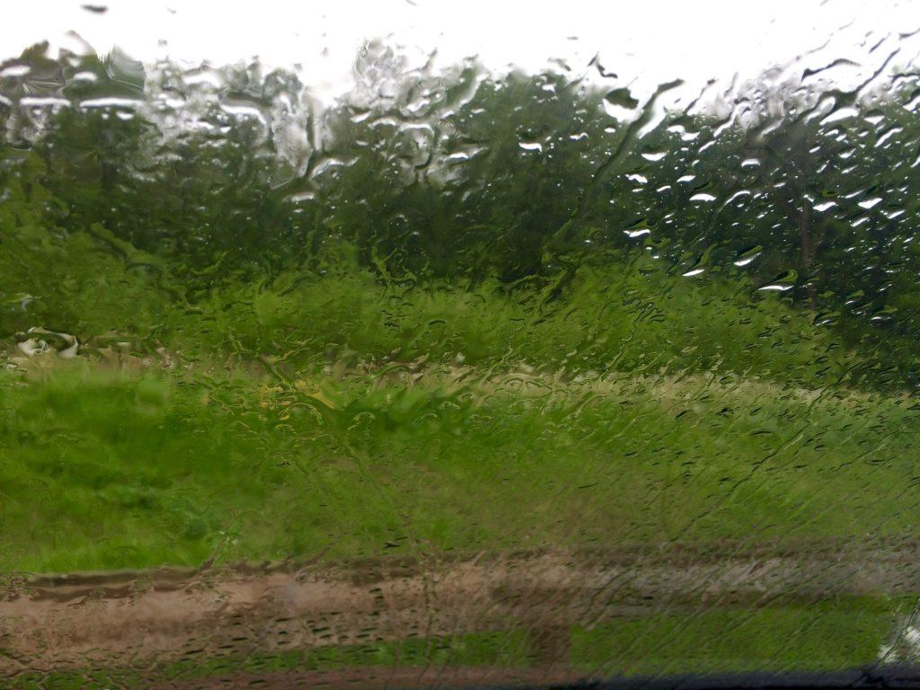 16:38 Uhr: Der Blick aus der Windschutzscheibe ist heute eher trostlos. Es regnet. Teilweise sogar ziemlich stark, was natürlich zu Staubauf der Autobahn führt. Zum Glück nur mäßig.