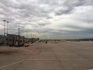 Hier der Blick aus dem Flugzeug heraus auf den Stuttgarter Flughafen. Das war vor dem pünktlichen Hinflug nach Berlin - mit einer anderen Airline ;-)