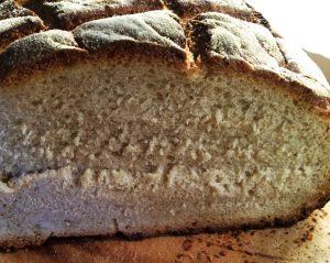 In der Zwischenzeit ist das Brot auch fertig und ich habe mir eine Probierscheibe abgeschnitten :-)