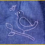 October Lady Tasche nach dem Freebook von Liebedinge genäht von Zum Nähen in den Keller aus Jeans mit genähter Applikation Vogel Piepmatz Pia nach der kostenlosen Anleitung Vorlag von Künstlerkind kuenstle4kind | October Lady Freebook Bag Handbag Bird Application