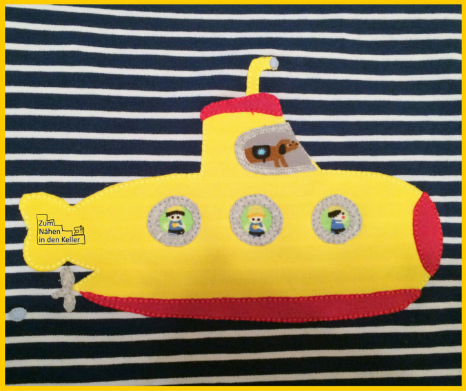 U-Boot Applikation nach dem Design von Künstlerkind auf einem Raglanshirt Langarmshirt nach Klimperklein. Jersey mit Streifen ist von Stoffonkel, Bio. Genäht von Zum Nähen in den Keller   Submarine Applique freebook on shirt