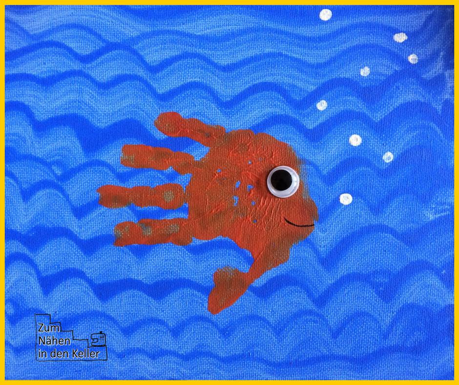 handprint art handabdruck stempeln fisch goldfisch unter wasser mit blubberblasen. Einfache Kinderkunst Basteln udd Malen mit Kindern