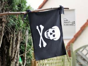 Piratenflagge (eigener Schnitt) mit Applikation von Herzensbunt Design